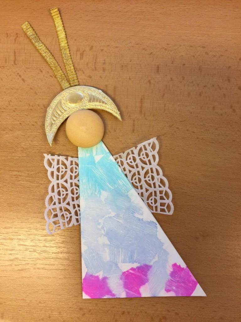 Vytváříme andílky - batika, použití netradičních materiálů (piškoty...)